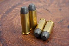Période occidentale sauvage de cartouches de revolver sur le fond en bois Image libre de droits