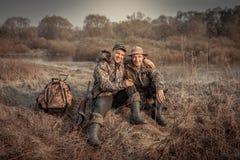 Période rurale de chasse de champ de récréation d'amis d'hommes de chasseur symbolisant l'amitié forte Image libre de droits