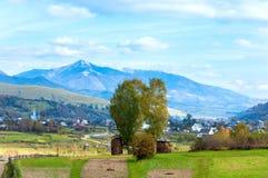 Périphéries de village de montagne d'automne Photographie stock