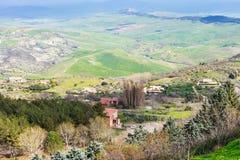 Périphéries de ville d'Aidone en collines siciliennes vertes Images libres de droits