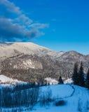 Périphéries de Zelene de village de montagne carpathienne d'hiver de lever de soleil, Ver images libres de droits