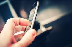 Périphérique mobile quotidien utilisant image stock