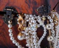 Pérola dourada do bracelete do diamante da arca do tesouro imagem de stock