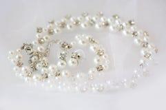 Pérola e prata com cristais de rocha colar e brincos para a noiva com Foto de Stock Royalty Free