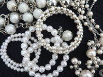 Pérolas, colares e braceletes imagem de stock royalty free