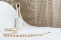 Pérolas e perfume Fotografia de Stock Royalty Free