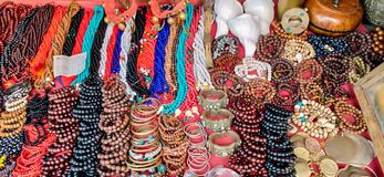 Pérolas, grânulos das pedras e joia artificial imagens de stock royalty free