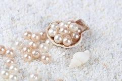 Pérolas no shell do mar na areia Foto de Stock Royalty Free