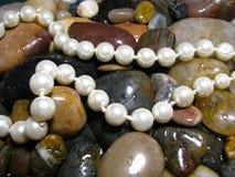 Pérolas sobre rochas do rio Foto de Stock Royalty Free