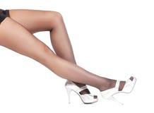 Pés à moda 'sexy' em meias completas pretas Imagem de Stock