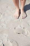 Pés agradáveis dentro na praia Fotografia de Stock Royalty Free