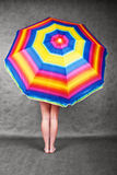 Pés & guarda-chuva do arco-íris Fotografia de Stock