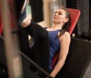 Pés aptos do treinamento da mulher dos jovens no gym Foto de Stock