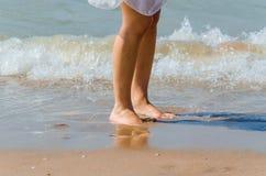 Pés, areia, praia, mar Fotos de Stock Royalty Free