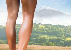 Pés atléticos magros na frente da paisagem das montanhas Imagens de Stock Royalty Free
