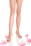 Pés bonitos da mulher nas sandálias Imagem de Stock Royalty Free