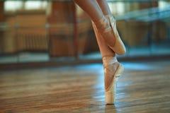 Pés bonitos do dançarino no pointe Foto de Stock