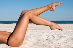 Pés bonitos do ` s das mulheres na praia Fotografia de Stock Royalty Free