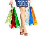 Pés bonitos shopaholic e pacotes Fotos de Stock Royalty Free