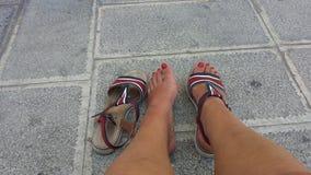 Pés cansados da mulher com sandálias imagem de stock royalty free