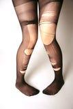 Pés com pantyhose rasgado Fotografia de Stock