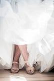Pés cruzados de uma noiva fotografia de stock royalty free