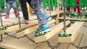 Pés da criança em uma ponte de madeira playground vídeos de arquivo