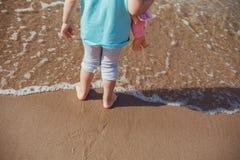 Pés da criança na areia na praia tropical Fotografia de Stock