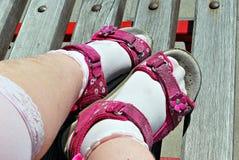 Pés da criança nas sandálias fotografia de stock