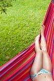 Pés da menina em um hammock Imagens de Stock Royalty Free