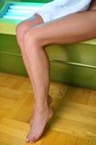 Pés da menina em um solarium Imagem de Stock Royalty Free