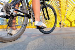 Pés da menina que senta-se pela opinião traseira da bicicleta foto de stock royalty free