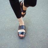Pés da mulher à moda de passeio Imagens de Stock Royalty Free