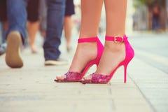 Pés da mulher com as sapatas dos saltos altos para a temporada de verão da mola imagem de stock