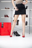 Pés da mulher com os saltos elevados vermelhos Fotografia de Stock Royalty Free