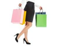 Pés da mulher com pacotes coloridos Imagens de Stock Royalty Free