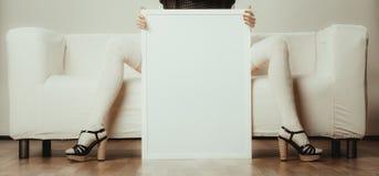 Pés da mulher com placa da apresentação vazia Fotografia de Stock Royalty Free