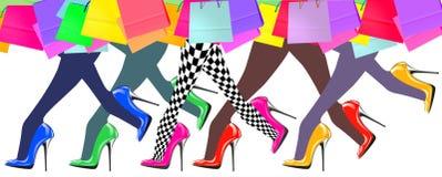 Pés da mulher com sapatas e sacos de compras do salto alto Imagem de Stock