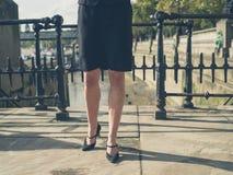 Pés da mulher de negócios nova na cidade Imagens de Stock Royalty Free