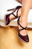 Pés da mulher em sapatas do vermelho de cereja Imagem de Stock Royalty Free