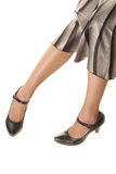Pés da mulher em sapatas pretas imagem de stock