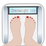 Pés da mulher em uma máquina do peso overweight ilustração royalty free