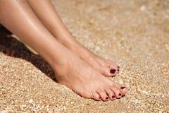 Pés da mulher na areia Imagens de Stock Royalty Free