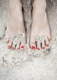 Pés da mulher na areia Foto de Stock Royalty Free