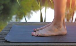 Pés da mulher na esteira da ioga antes de praticar foto de stock royalty free