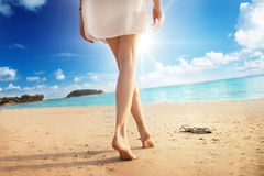 Pés da mulher na praia Fotos de Stock Royalty Free