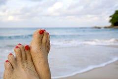 Pés da mulher na praia Fotografia de Stock Royalty Free