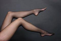 Pés da mulher nas calças justas Foto de Stock
