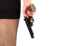 Pés da mulher perigosa com revólver e as sapatas pretas Fotos de Stock