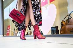 Pés da mulher que pisam na frente do boutique Fotografia de Stock Royalty Free